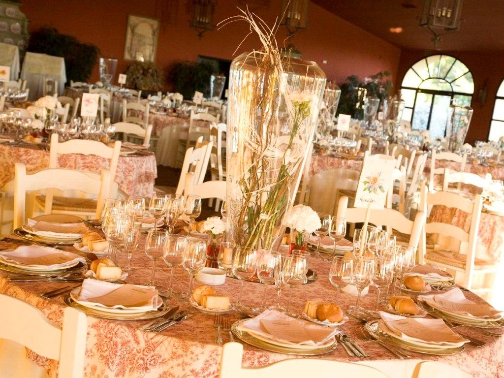 Mesa salón con centro de jarrón cristal en Dehesa Bolaños