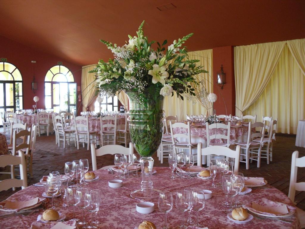 Mesa salón con centro jarrón de lilium en Dehesa Bolaños