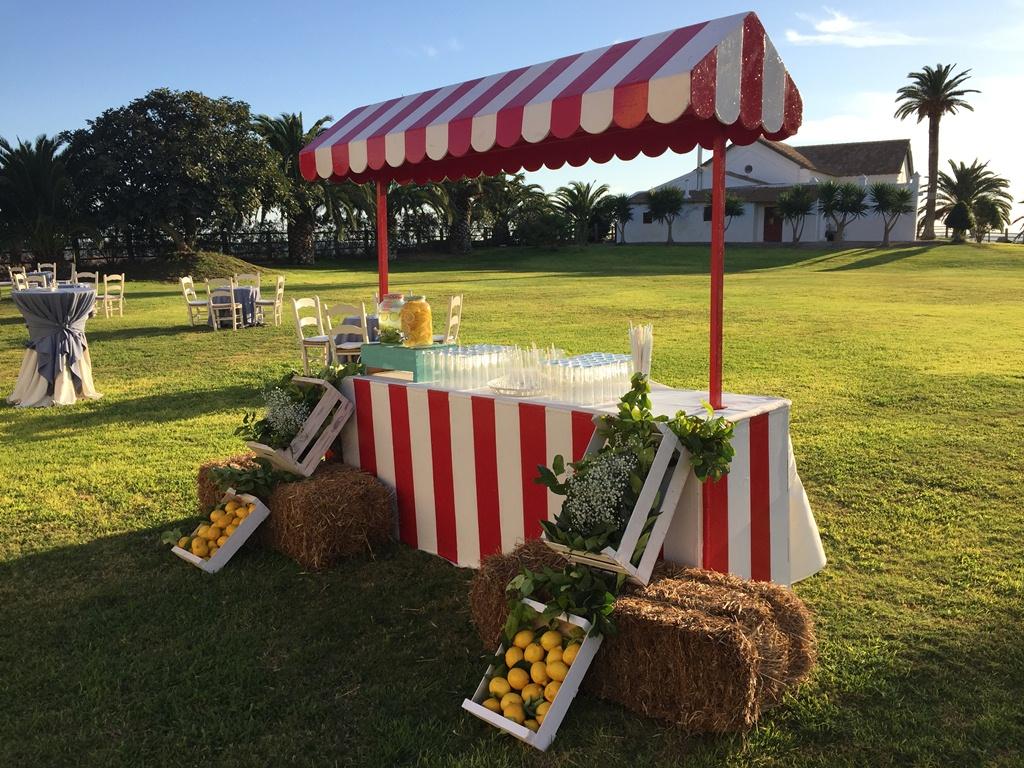 Barra de limonada para aperitivo en jardín de Dehesa Bolaños