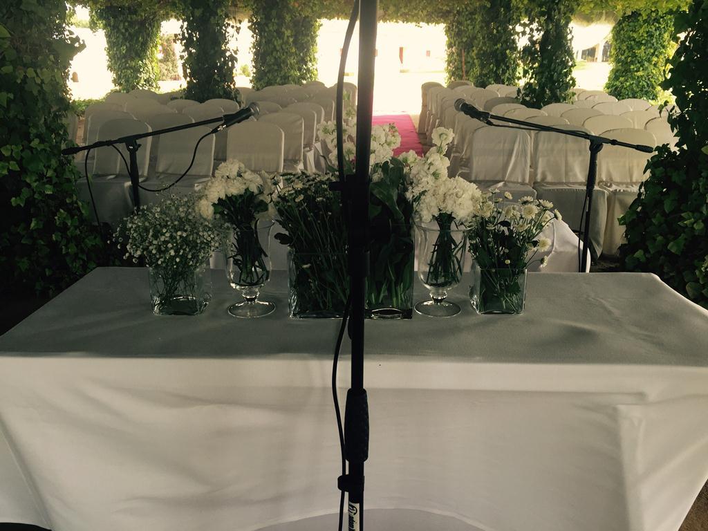 Mesa con centro de flores para ceremonia civil en la pérgola de Dehesa Bolaños