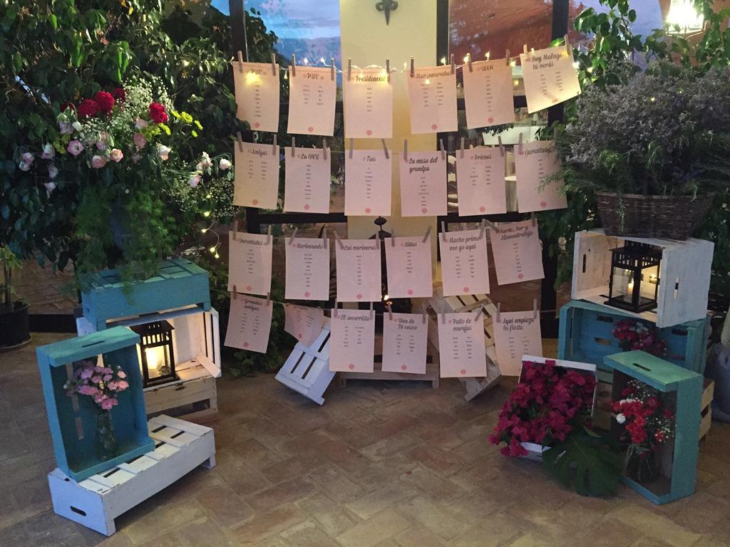 Sitting iluminado con cajas y centros de flores en Dehesa Bolaños