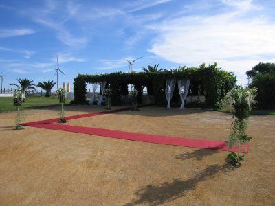Ceremonia civil en la pérgola con entrada de pedestales en Dehesa Bolaños