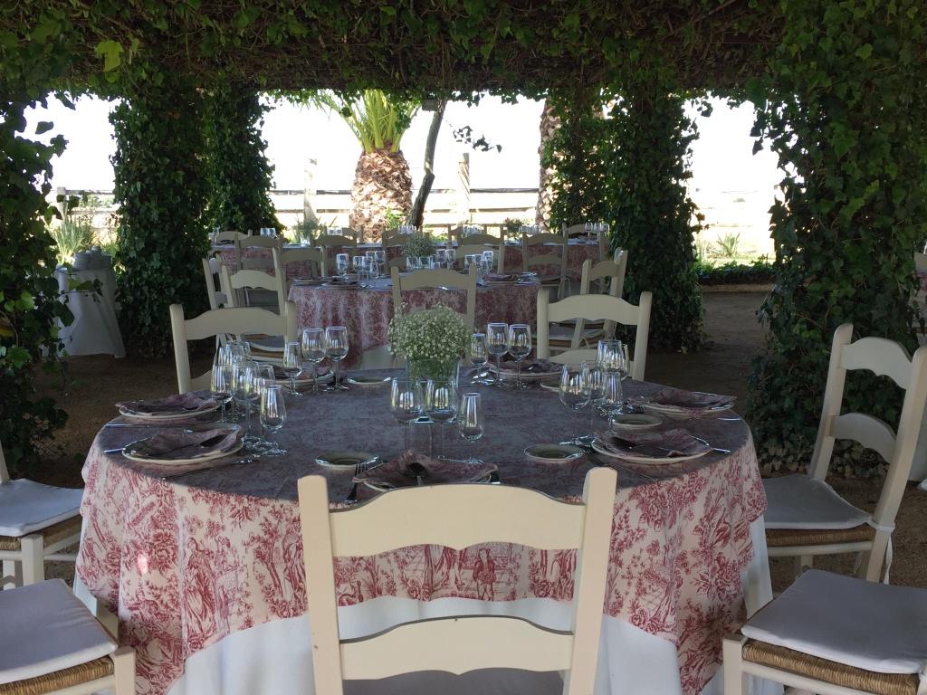 Montaje de mesas para almuerzo en la Pérgola Dehesa Bolaños