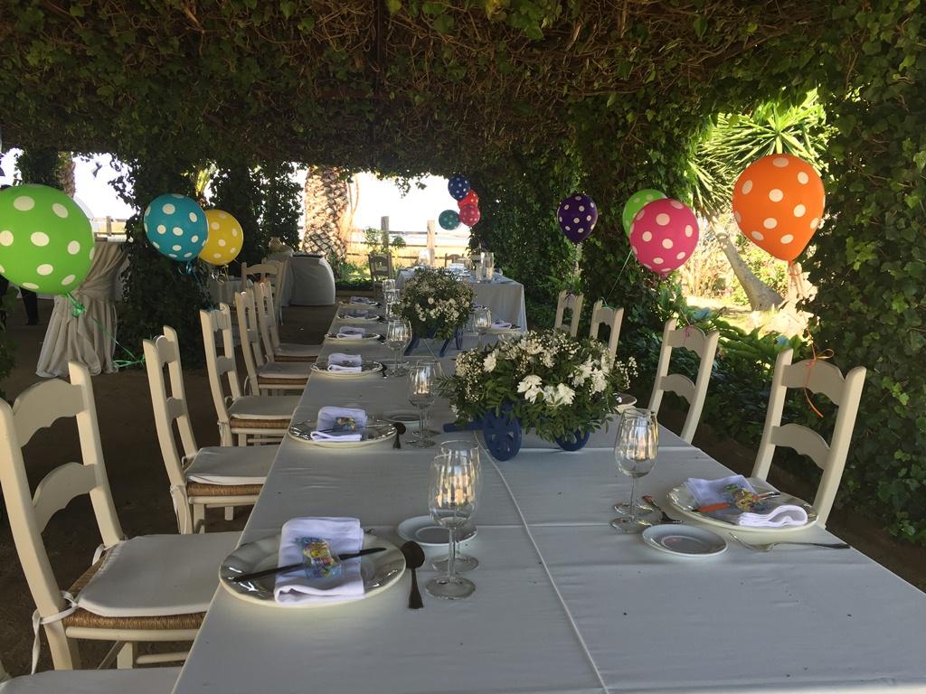 Almuerzo para comunión con globos en las mesas de la Pérgola Dehesa Bolaños