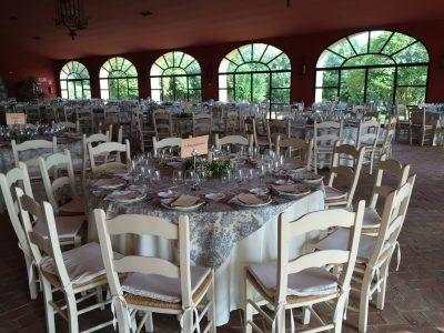 Mesa salón con centro de paniculata y espejo en Dehesa Bolaños