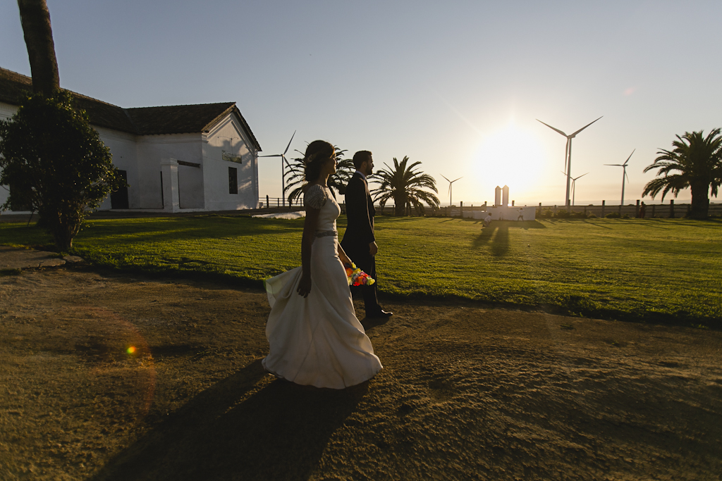 Novios en puesta de sol - Boda Isabel & Alberto en Dehesa Bolaños
