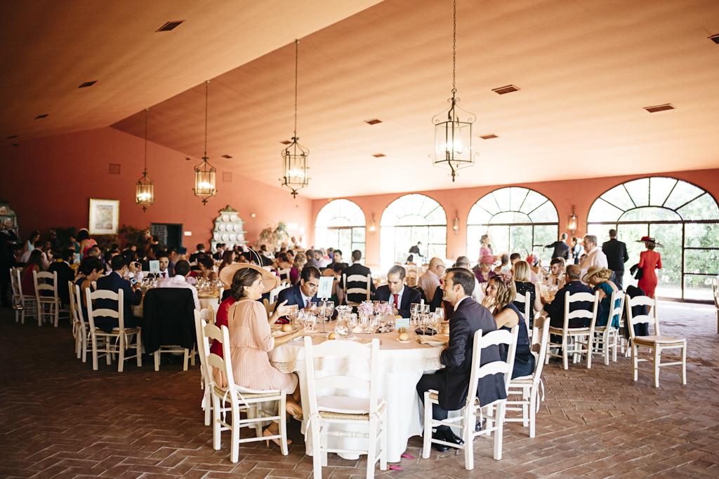 Almuerzo en el salón - Boda Isabel & Alberto en Dehesa Bolaños