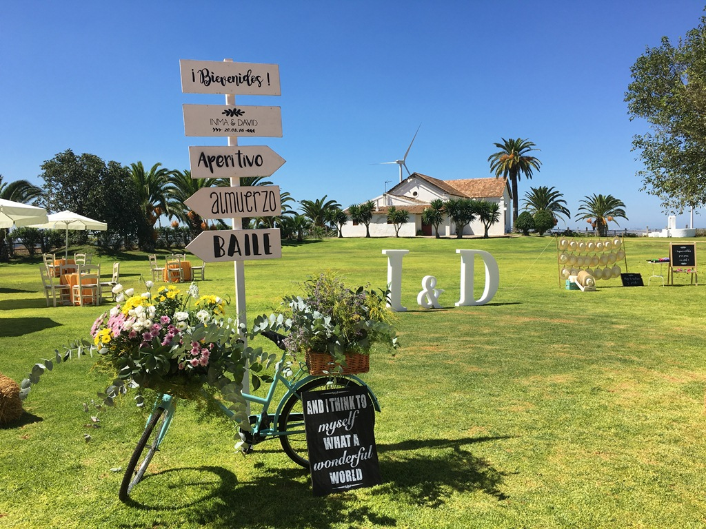 Cartel de bienvenida con bicicleta - Boda Inma & David en Dehesa Bolaños