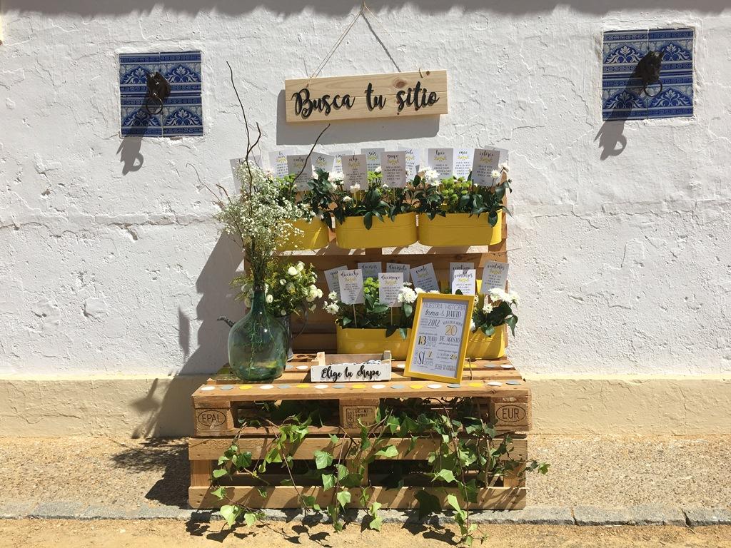 Seating plan con jardineras en palets - Boda Inma & David en Dehesa Bolaños