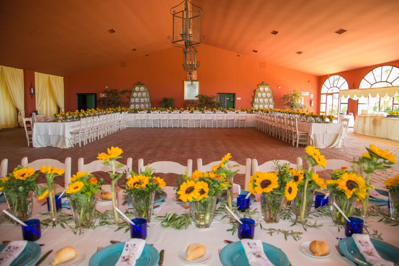 Mesas imperiales con girasoles - Comunión Clara en Dehesa Bolaños