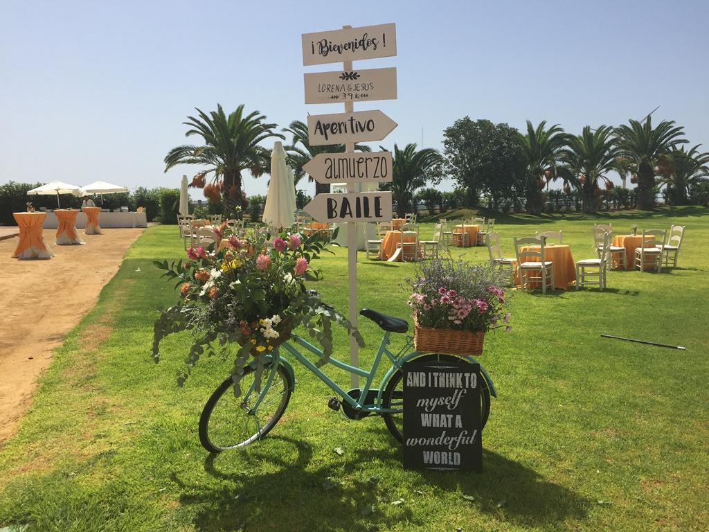 Cartel indicaciones boda con bicicleta - Boda Lorena & Jesús en Dehesa Bolaños