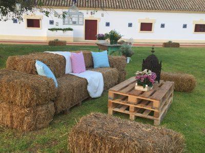 Chill out con sofá de alpacas y palets - Boda Ana & Pablo en Dehesa Bolaños