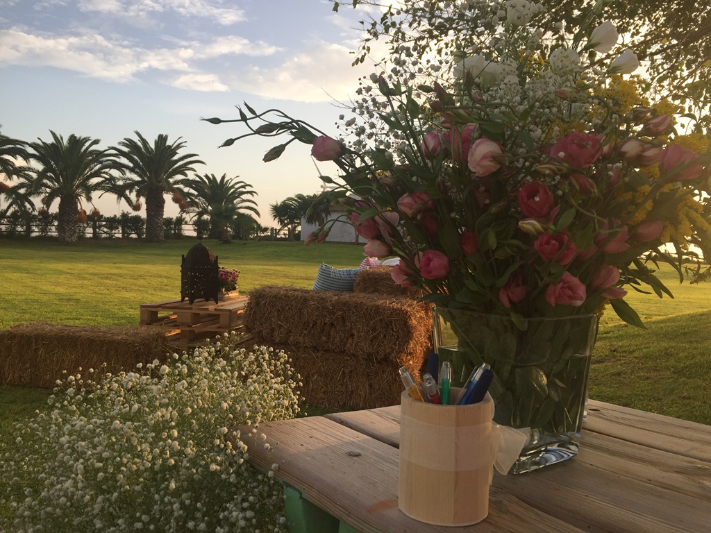 Mesa de firmas con centros de flores - Boda Ana & Pablo en Dehesa Bolaños