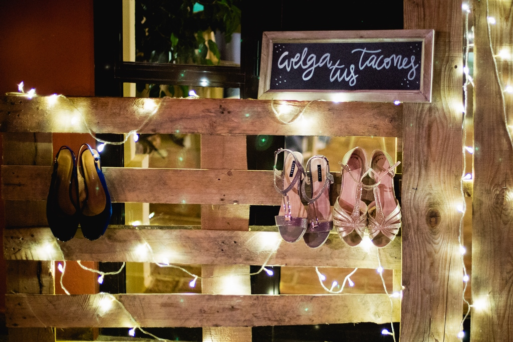 Palet para colgar tacones - Boda María & Ale en Dehesa Bolaños