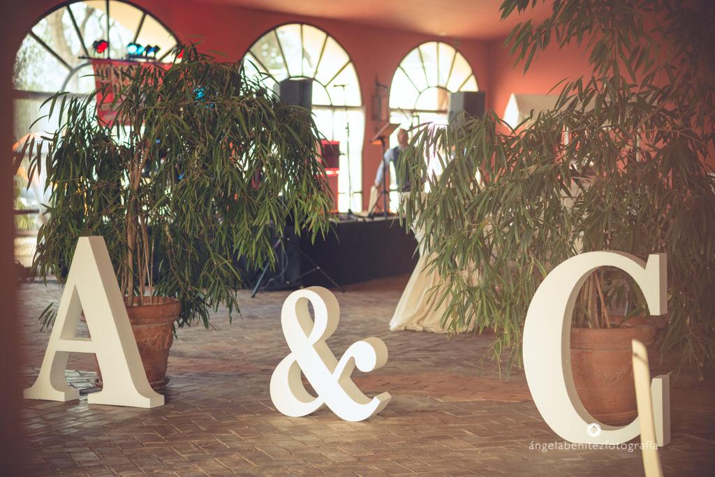 Letras gigantes con iniciales novios - Boda Carmen & Alexis en Dehesa Bolaños