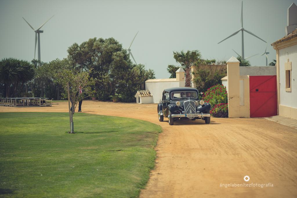 Entrada novios en coche antiguo Citroën - Boda Carmen & Alexis en Dehesa Bolaños