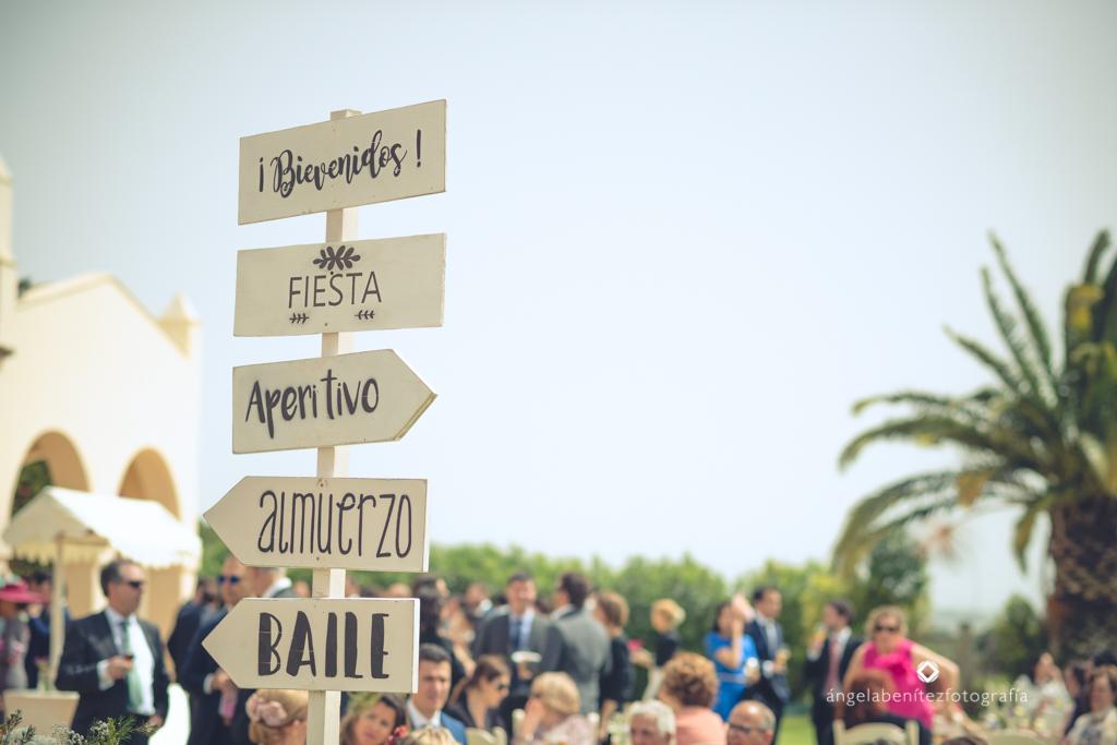 Cartel indicaciones boda madera blanco y negro - Boda Carmen & Alexis en Dehesa Bolaños