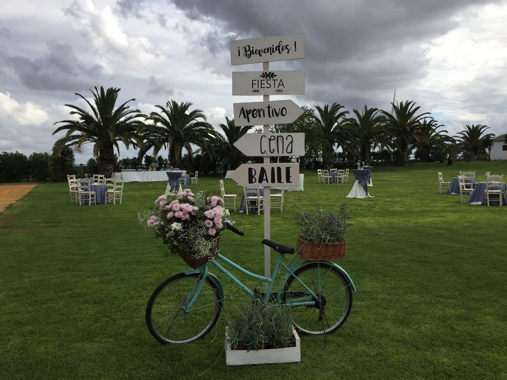 Cartel indicaciones boda con bicicleta - Boda Silvia & Esteban en Dehesa Bolaños
