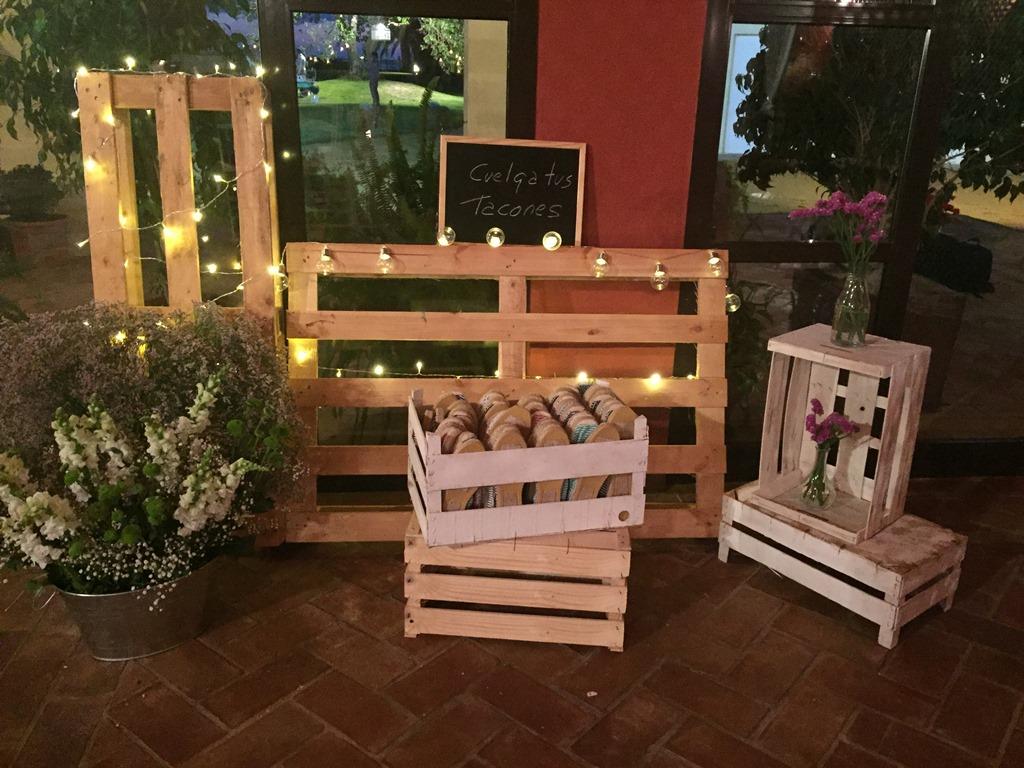 Palets cuelga tacones y cajas con alpargatas - Boda Silvia & Esteban en Dehesa Bolaños
