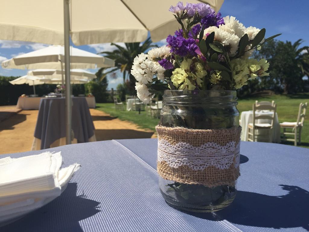 Centro mesa aperitivo con tarro cristal relleno de flores - Comunión Javier en Dehesa Bolaños
