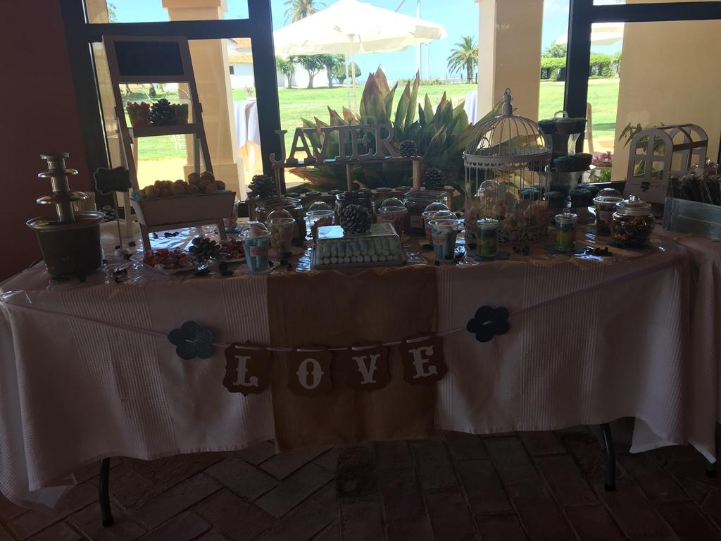 Mesa de chuches con fuente de chocolate - Comunión Javier en Dehesa Bolaños
