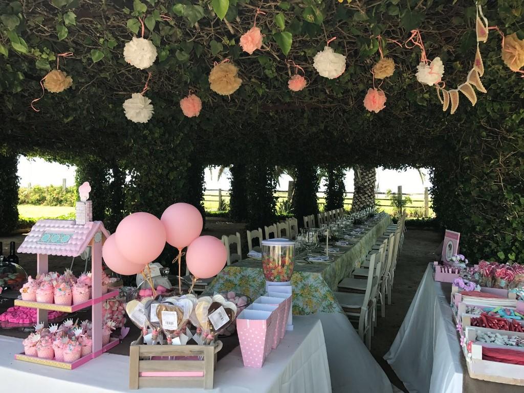 Banquete y candy bar en la pérgola - Comunión María en Dehesa Bolaños