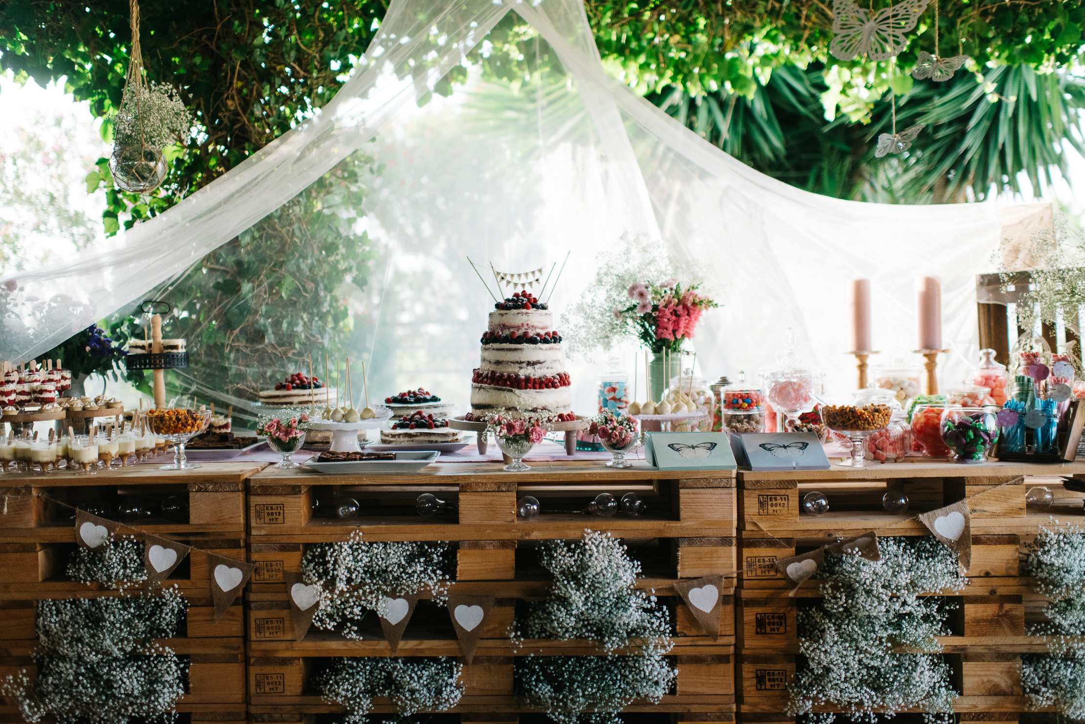 Mesa de chuches y tartas en palets - Boda Inma & Ronan en Dehesa Bolaños