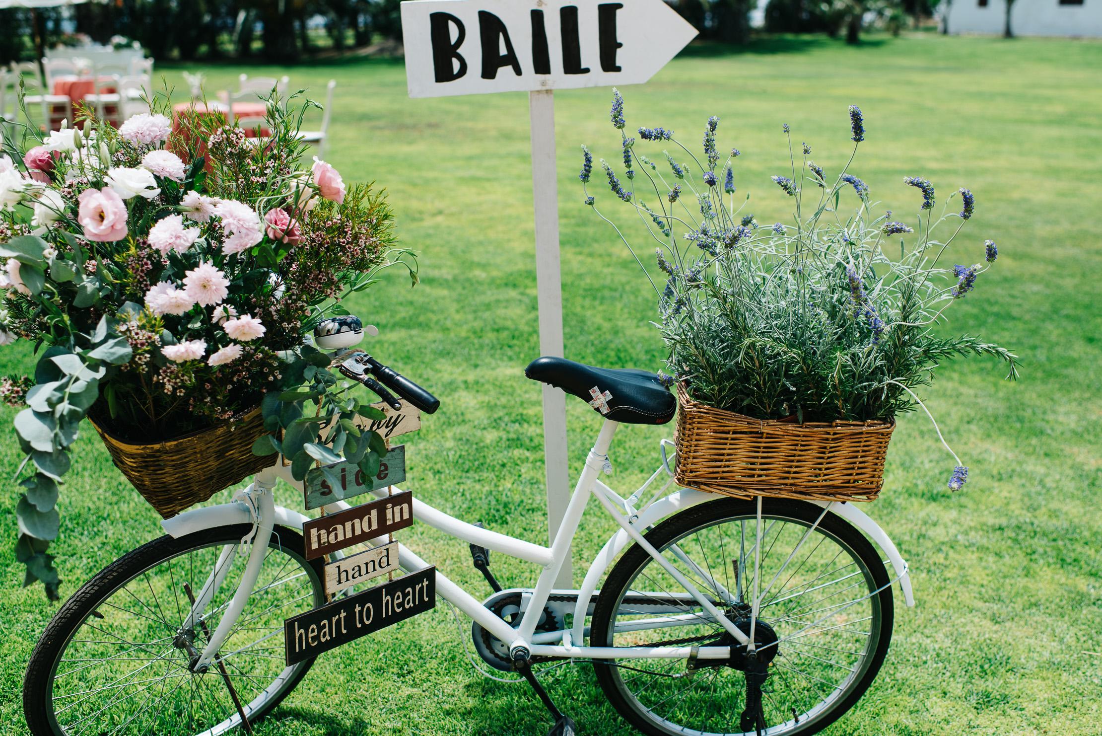 Bicicleta con indicaciones boda - Boda Inma & Ronan en Dehesa Bolaños